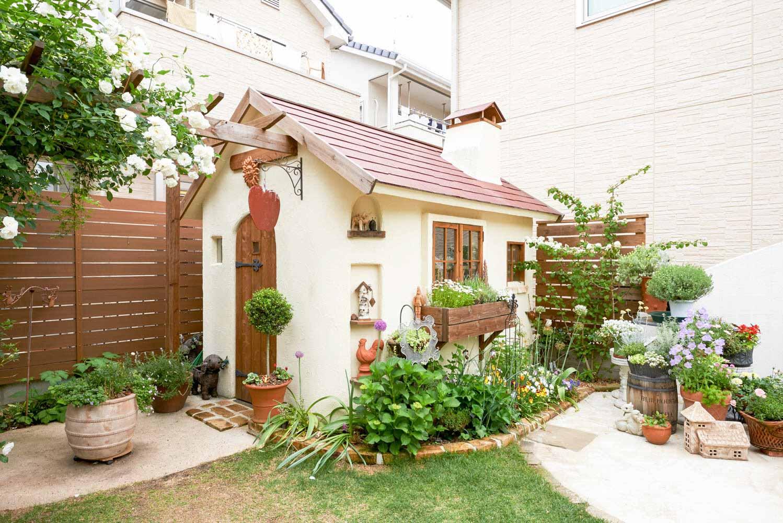 美しい収納のための庭小屋の外観