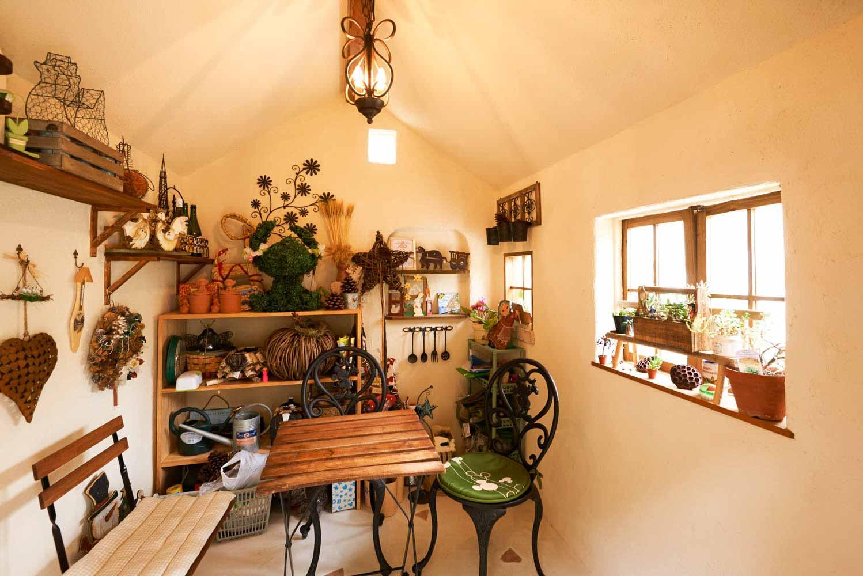 美しい収納のための庭小屋の室内