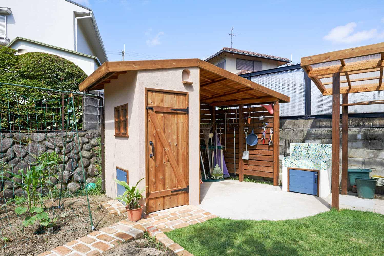 作業場と収納を兼ね備えた実用的な庭小屋