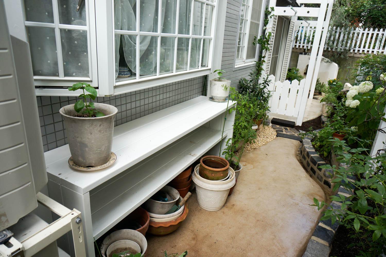 コンクリートの地面に植物を植えるリフォーム