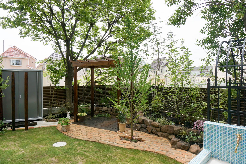 既存の木々を残しながら使いやすい庭へとリフォーム