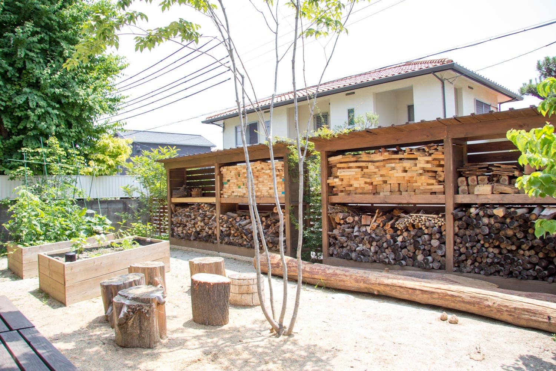 薪置き場と遮蔽のための庭小屋