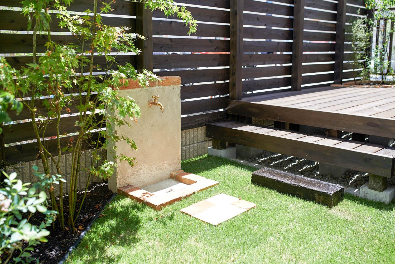 遮蔽フェンスとウッドデッキを一体化した庭