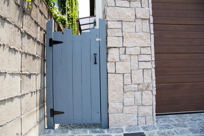 オリジナル門扉とシンプルガーデン