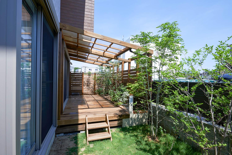 フィトライフのウッドデッキ・ウッドフェンス(遮蔽用)・屋根(雨がかからないように)