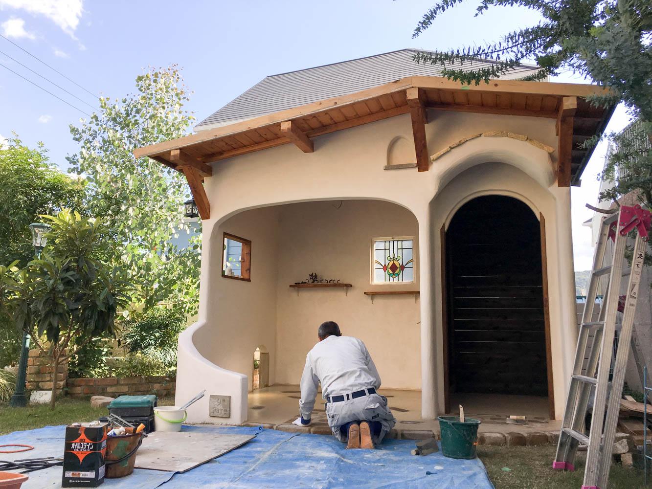 イタリア製漆喰塗りの庭小屋(施工中の様子)
