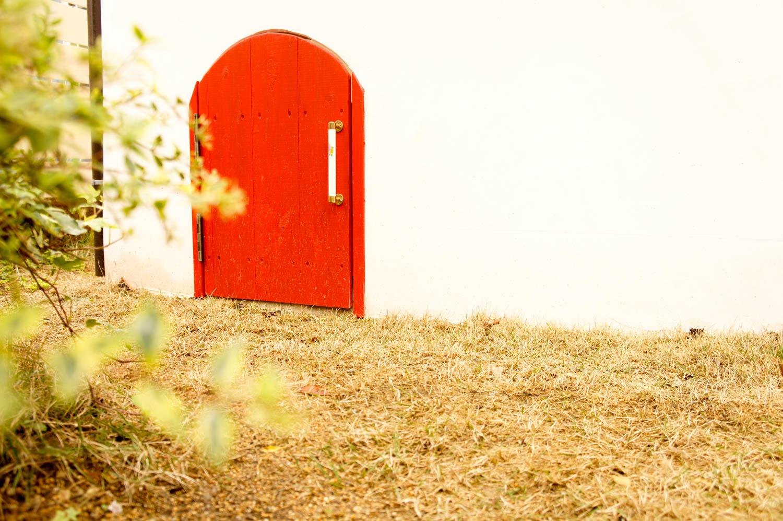イタリア製漆喰塗りの庭小屋(子ども用のドア)