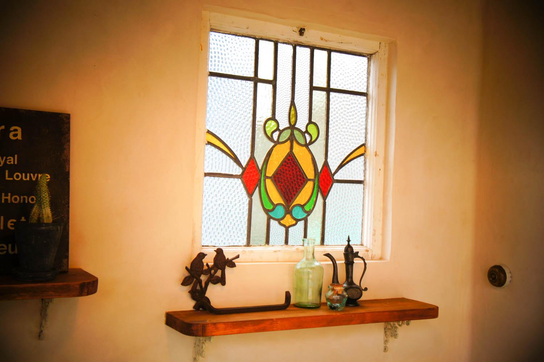 イタリア製漆喰塗りの庭小屋(室内のステンドグラス)