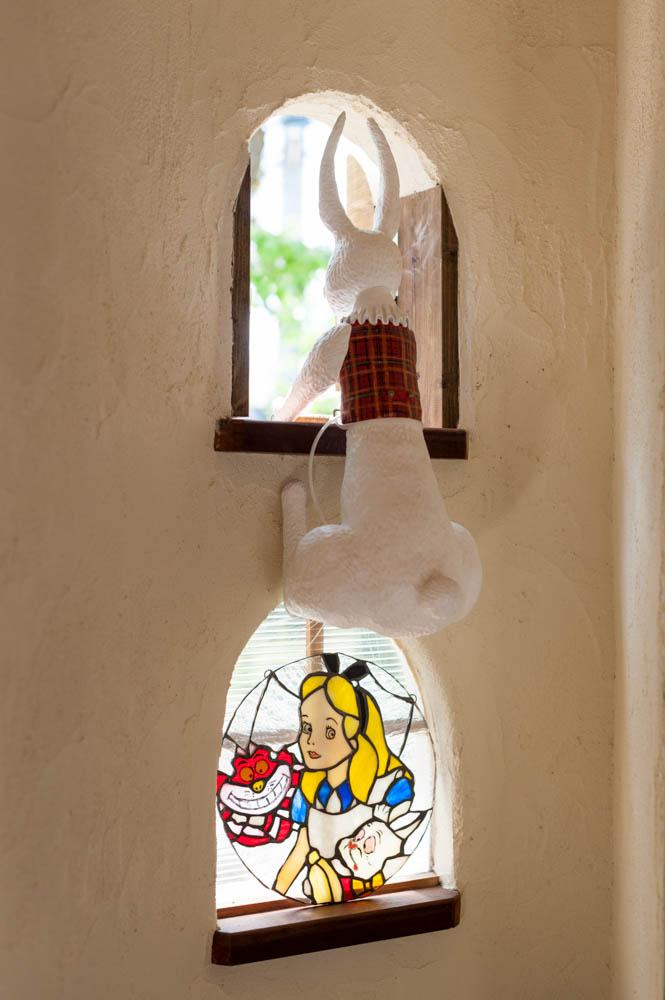 フィトライフのアリスをモチーフにした庭小屋(人形作家によるうさぎの後ろ姿)
