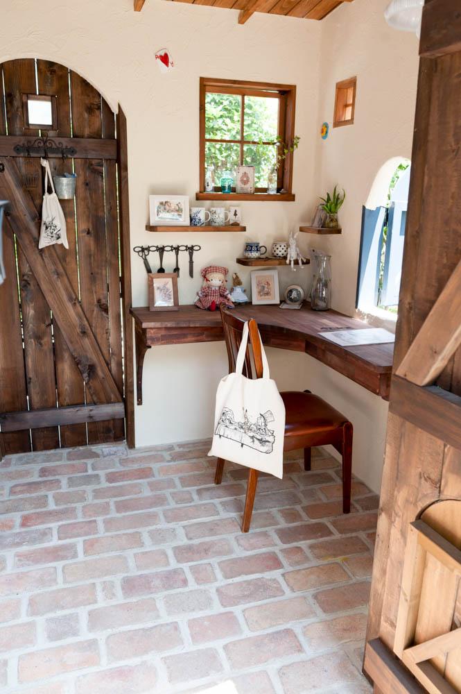 フィトライフのアリスをモチーフにした庭小屋(室内のアンティークなレンガの床)