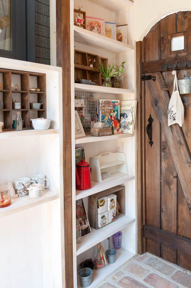 フィトライフのアリスをモチーフにした庭小屋(室内の本棚)