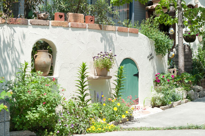 フィトライフのアリスをモチーフにした庭小屋(遮蔽のための袖壁)
