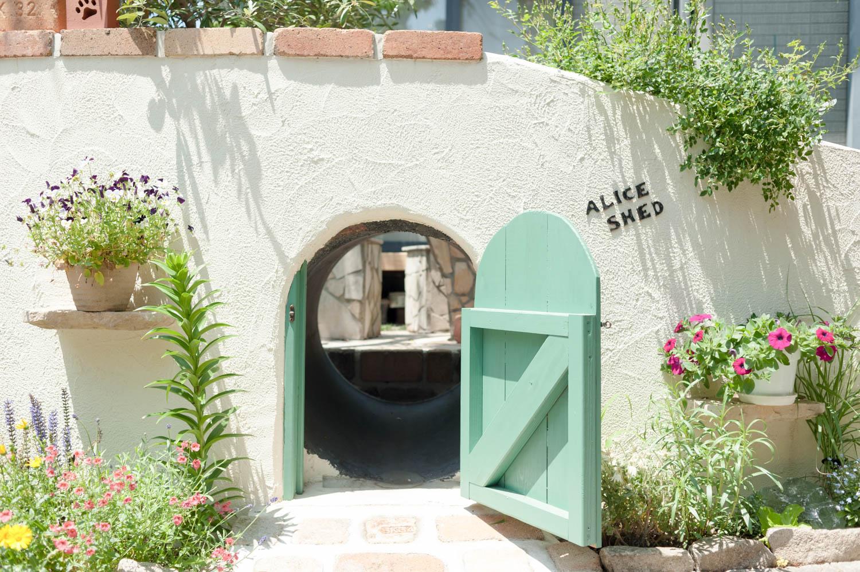 フィトライフのアリスをモチーフにした庭小屋(袖壁のトンネル)