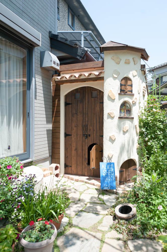 フィトライフのアリスをモチーフにした庭小屋(正面)