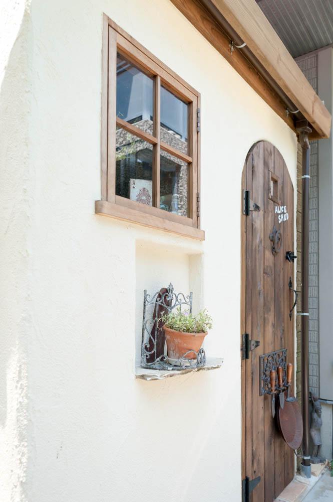 フィトライフのアリスをモチーフにした庭小屋(背面のドア)