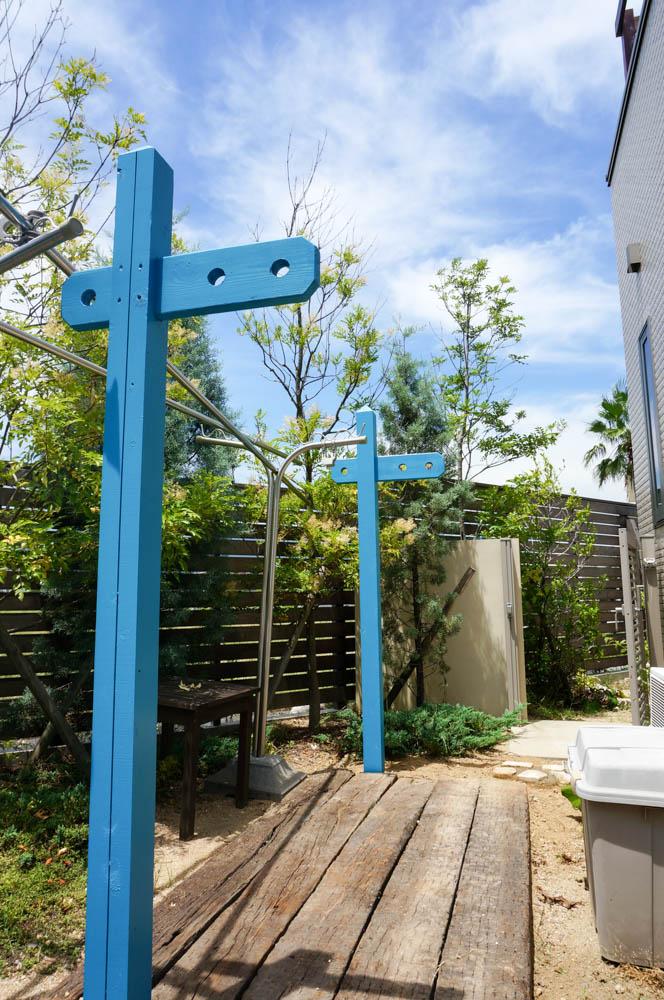 木製自転車置き場とミニ菜園と通路