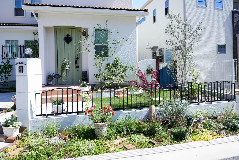 無機質な庭をナチュラルテイストの庭にリフォーム