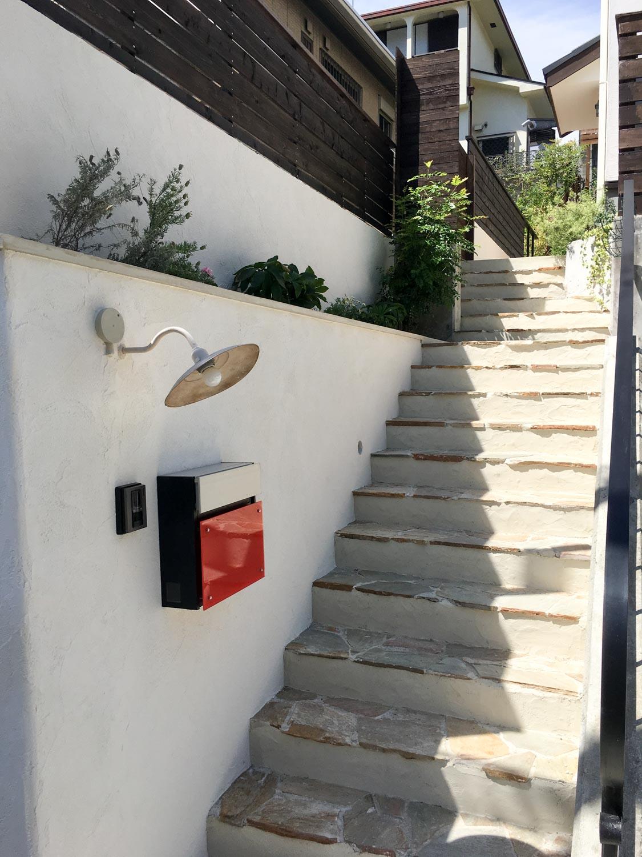 古びた玄関アプローチ階段をイタリア漆喰とウッドフェンスでリフォーム