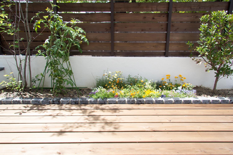 ミニ菜園とウッドデッキで新築一戸建ての暮らしを満喫するシンプルガーデン