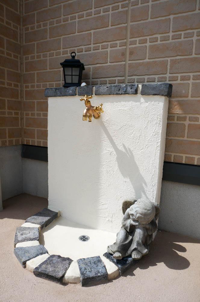 フィトライフの大人テイストの小さな庭小屋(オリジナル立水栓)