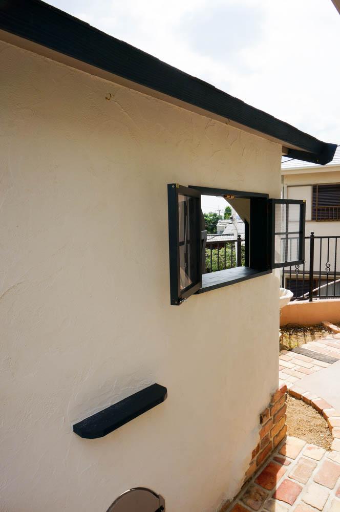 フィトライフの大人テイストの小さな庭小屋(側面の小さな窓と棚)