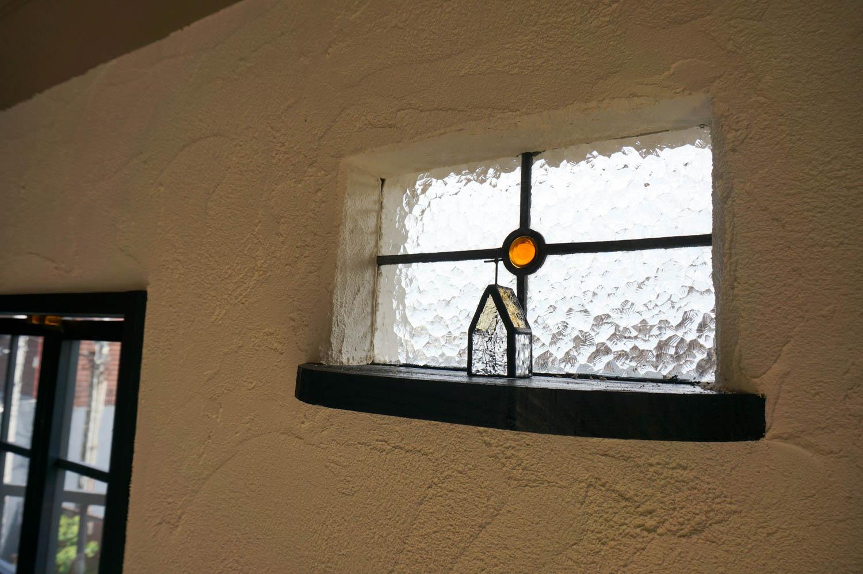フィトライフの大人テイストの小さな庭小屋(はめごろしのステンドの窓)