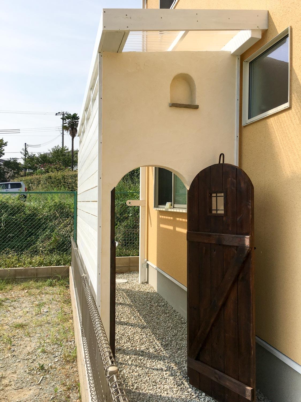 家脇の土地(家の横)に、洗濯物などを干すために、雨に濡れないスペースを制作